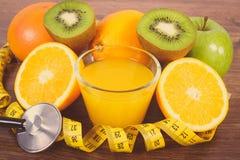 Stetoskop, nya frukter, fruktsaft och cm, sund livsstilnd-näring Arkivfoton