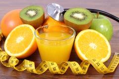 Stetoskop, nya frukter, fruktsaft och cm, sunda livsstilar och näring Arkivfoton
