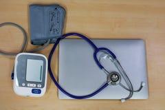 Stetoskop och att mäta blodtryck och bärbara datorn Royaltyfri Bild