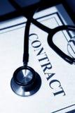 Stetoskop och avtal royaltyfri foto
