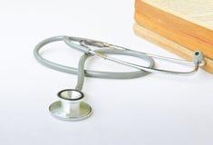 Stetoskop och böcker på vit bakgrund Royaltyfri Bild