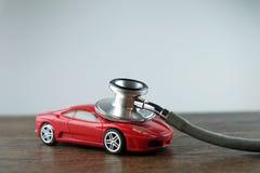 Stetoskop och bil på trätabellen, begrepp av bilkontrollen-upp royaltyfria foton