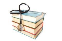 Stetoskop och bunt av böcker fotografering för bildbyråer