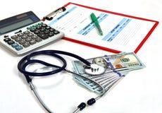Stetoskop- och dollarräkningar Arkivfoton