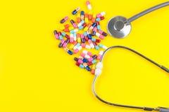 Stetoskop och droger av preventivpillerar Royaltyfri Foto