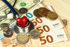 Stetoskop och giltiga tjeckiska sedlar för euro och Betald hälsovård Pengar som behandlar sjukdomen Arkivfoto