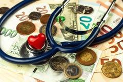 Stetoskop och giltiga tjeckiska sedlar för euro och Betald hälsovård Pengar som behandlar sjukdomen Royaltyfri Bild