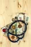 Stetoskop och giltiga tjeckiska sedlar för euro och Betald hälsovård Pengar som behandlar sjukdomen Fotografering för Bildbyråer