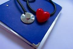 Stetoskop och heartn på svart bakgrund royaltyfria bilder