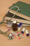 Stetoskop och läkarbehandlingar på boken Arkivbilder