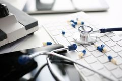 Stetoskop och liggande tangentbord för farmaceutiskt piller arkivbilder