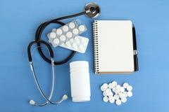 Stetoskop och mediciner royaltyfri bild