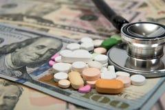 Stetoskop- och pengarsymbol för hälsovårdkostnader eller medicinsk försäkring Arkivbilder