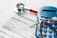 Stetoskop- och pengarsymbol för hälsovårdkostnader eller medicinsk försäkring Arkivfoton