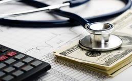 Stetoskop- och pengarsymbol för hälsovårdkostnader eller medicinsk försäkring Arkivfoto