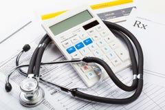 Stetoskop- och pengarsymbol för hälsovårdkostnader eller medicinsk försäkring Arkivbild