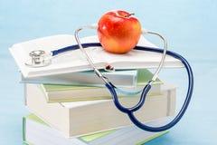 Stetoskop- och äppleläkarundersökningsjukvård Arkivbild