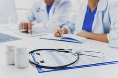 Stetoskop och preventivpillerar på tabellen fotografering för bildbyråer