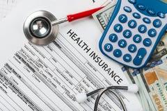 Stetoskop- och räknemaskinsymbol för hälsovårdkostnader eller läkare Royaltyfri Bild