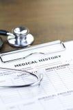 Stetoskop och rapport för medicinsk historia arkivfoton