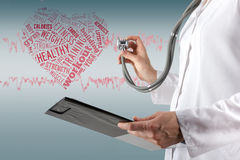 Stetoskop och skrivplatta för kvinnliga doktors hand hållande på blurre arkivfoton