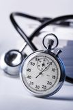 Stetoskop och stopwatch Fotografering för Bildbyråer