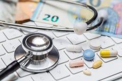 Stetoskop och tangentbord med olikt preventivpillerbegrepp royaltyfria foton