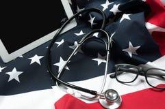 Stetoskop- och USA flagga Arkivfoton