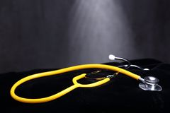 Stetoskop på den svarta sammettorkduken, studiobelysning på abstrakt begrepp Arkivbilder