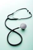 Stetoskop på en grön bakgrund Fotografering för Bildbyråer