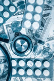 Stetoskop, pigułki, strzykawka nad stertą dolary Fotografia Royalty Free