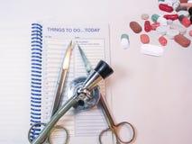 Stetoskop, planista, instrumenty i medines na stole, obrazy royalty free