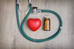 Stetoskop, preventivpillerar och en hjärta Royaltyfri Foto