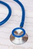Stetoskop som är nära upp på ECG Arkivfoto