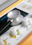 Stetoskop som ligger på enhetsventilatoren. Royaltyfria Bilder