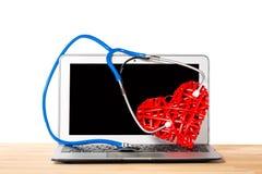 Stetoskop som lyssnar till dekorativ röd hjärta på modern bakgrund för silver mot vit isolerad bakgrund vart begreppshanden har d fotografering för bildbyråer