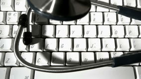 Stetoskop spada i odbija się na komputerowej klawiaturze zbiory wideo