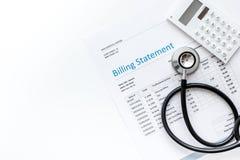 Stetoskop, wystawia rachunek oświadczenie dla doktorskiej ` s pracy tła odgórnego widoku białej przestrzeni dla teksta obrazy royalty free