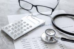 Stetoskop, wystawia rachunek oświadczenie dla doktorskiej ` s pracy w centrum medyczne kamienia tle Zdjęcia Stock
