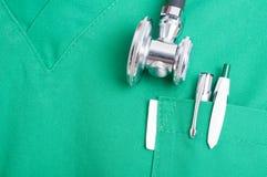 Stetoskopet och pennan skurar in facket Royaltyfri Bild