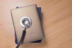 Stetoskopu chestpiece na stosie planiści zdjęcie royalty free