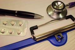 Stetoskopu dolar, wydatek na zdrowie lub pomoc finansowa, wysoki koszt drogi leka pojęcie obraz royalty free
