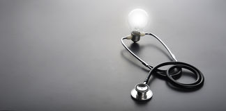 Stetoskopu i żarówki światło na czarnym tle Obraz Royalty Free