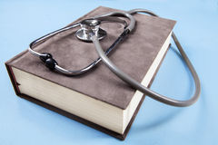 Stetoskopu i podręcznika pojęcie dla medycznej edukaci Obraz Royalty Free