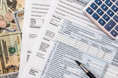 Steuer 2018 ab 1040 mit Dollar Lizenzfreie Stockfotos