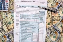 Steuer 2017 ab 1040 mit Dollar und Taschenrechner Lizenzfreie Stockbilder