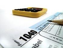 Steuer-Dokumente für Archivierungssteuern in Amerika 1040 und im Bleistift Lizenzfreies Stockbild