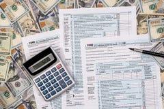 Steuer 1040 von mit US-Dollar Banknote Lizenzfreies Stockfoto