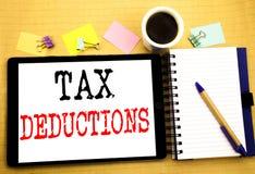 Steuerabzüge Geschäftskonzept für Finanzden ankommenden Steuer-Geld-Abzug geschrieben auf Tablettenlaptop, hölzerner Hintergrund  Stockfotografie