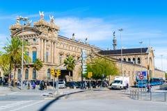 SteueramtAgencia Tributaria bei Port-Vell in Barcelona mit Columbus Monument im Hintergrund stockbild